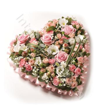 cuore-di-rose-rosa-e-fiori-bianchi